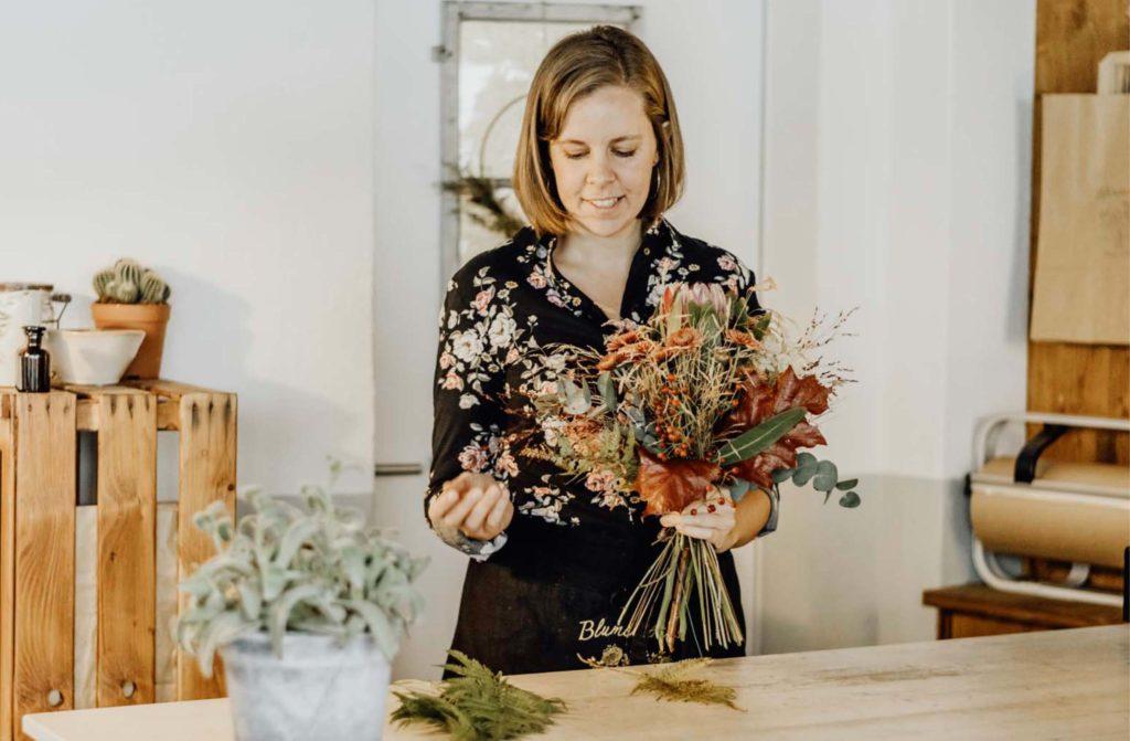 Sonja Krieg bindet Blumenstrauss